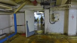 ポンプ室付近の廊下。殺風景でだだっぴろい。
