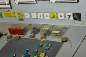 古めかしい炉心停止ボタン。職員が「どれだったかな」と2分くらい探しまわっていた、、、